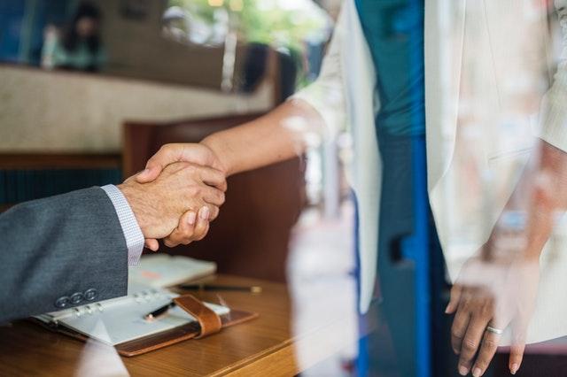 Mediation Definition. Eine Mediation kann Menschen laut Definition wieder zusammenbringen. Hier halten sie Ihre Hände als Zeichen der Freundschaft.