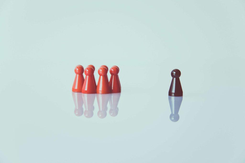 Einer steht allein - der Ausgangspunkt für eine innerbetriebliche Mediation.